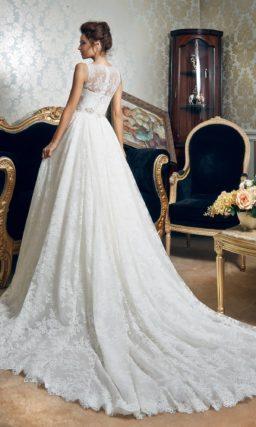 Кружевное свадебное платье «принцесса» с фигурным портретным декольте и поясом.