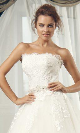 Пышное свадебное платье с роскошным шлейфом и открытым кружевным корсетом.