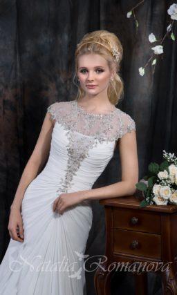 Прямое свадебное платье с закрытым верхом из прозрачной ткани, украшенной бисером.