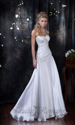 Атласное свадебное платье с лифом-сердечком и вышивкой на корсете.