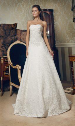 Лаконичное свадебное платье А-силуэта с декором из плотного кружева.