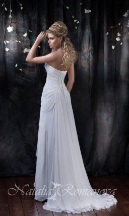 Прямое свадебное платье с чувственным разрезом сбоку по подолу и открытым лифом.