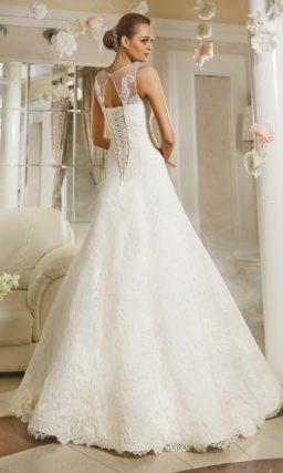 Кружевное свадебное платье силуэта «принцесса» с вырезом «замочная скважина» сзади.