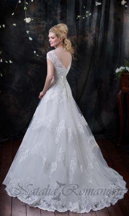 Свадебное платье с юбкой декорированной кружевными аппликациями по всей длине.