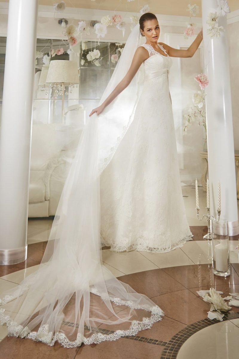 Свадебное платье «принцесса» с завышенной линией талии, выделенной атласным поясом.