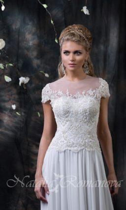 Закрытое свадебное платье с юбкой А-силуэта и сверкающим корсетом, покрытым бисером.