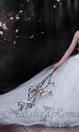Свадебное платье с ажурной юбкой А-силуэта и широким атласным поясом темного лилового цвета.