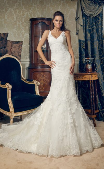 Свадебное платье силуэта «рыбка» с V-образным лифом и кружевным шлейфом.