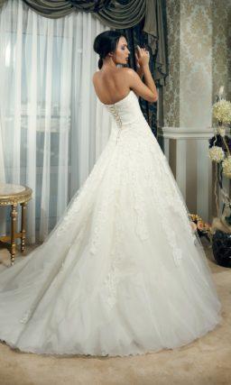 Кружевное свадебное платье силуэта «принцесса» с лифом прямого кроя.
