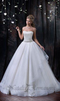 Стильное свадебное платье с лаконичным атласным корсетом и многослойной ажурной юбкой А-силуэта.