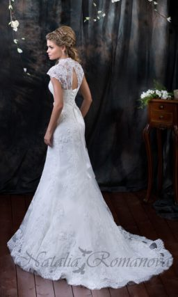 Кружевное свадебное платье с юбкой силуэта «рыбка» и V-образным вырезом на лифе.