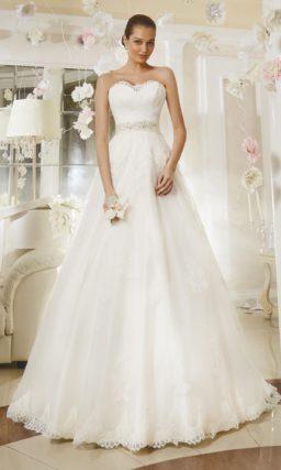 Открытое свадебное платье «принцесса» с кружевным лифом в форме сердца и поясом из атласа.