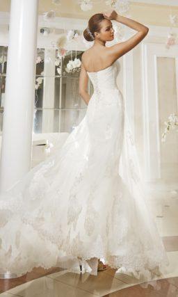 Открытое свадебное платье «рыбка» с фигурным лифом и прозрачной верхней юбкой.