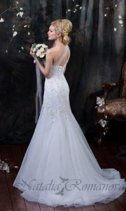 Свадебное платье с асимметричным лифом