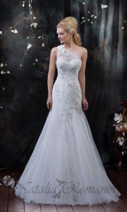 Свадебное платье силуэта «рыбка» с асимметричным лифом, украшенным вышивкой.