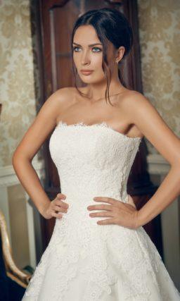 Открытое свадебное платье силуэта «принцесса» с пышным шлейфом и прямым декольте.