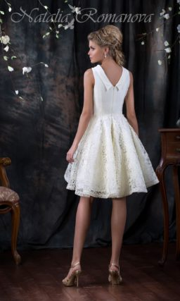 Короткое свадебное платье с пышной кружевной юбкой и закрытым атласным верхом с воротником.