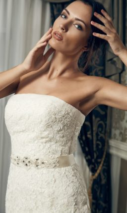 Открытое свадебное платье силуэта «рыбка» с кружевным декором и атласным поясом.