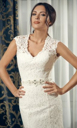 Кружевное свадебное платье «рыбка» с V-образным лифом и широкими бретелями.