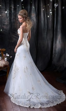 Прямое свадебное платье с лифом-сердечко