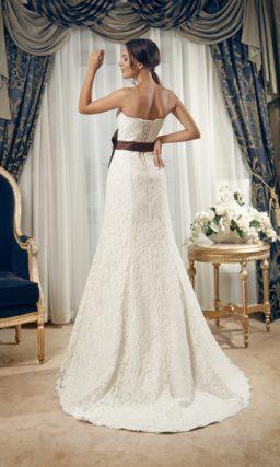 Кружевное свадебное платье силуэта «принцесса» с открытым лифом прямого кроя.