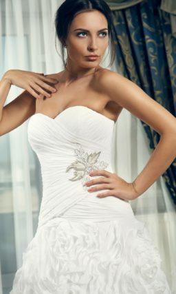 Открытое свадебное платье силуэта «принцесса» с романтичным декором подола.