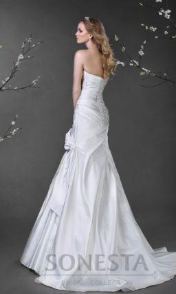 Атласное свадебное платье, облегающее фигуру роскошными драпировками от лифа до шлейфа.