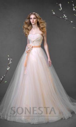 Свадебное платье силуэта «принцесса» нежного персикового цвета с ярким поясом на талии.