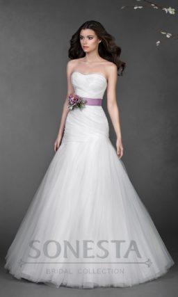 Лаконичное свадебное платье А-силуэта, по всей длине декорированное драпировками ткани.