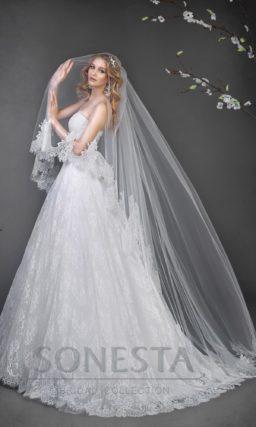 Кружевное свадебное платье с силуэтом «принцесса» и широким сверкающим поясом.
