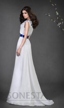 Прямое свадебное платье с цветной вышивкой на плече и широким ярким поясом на талии.