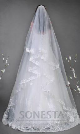 Классическое свадебное платье силуэта «принцесса» с открытым лифом и ажурной отделкой.