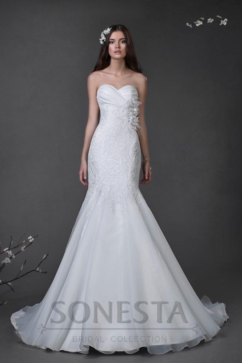 Свадебное платье с силуэтом «рыбка» и объемной отделкой бутонами под лифом.