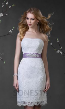 Короткое свадебное платье с кружевной отделкой и цветным поясом на талии.