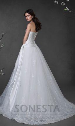 Свадебное платье с атласным корсетом с драпировками и юбкой силуэта «принцесса».