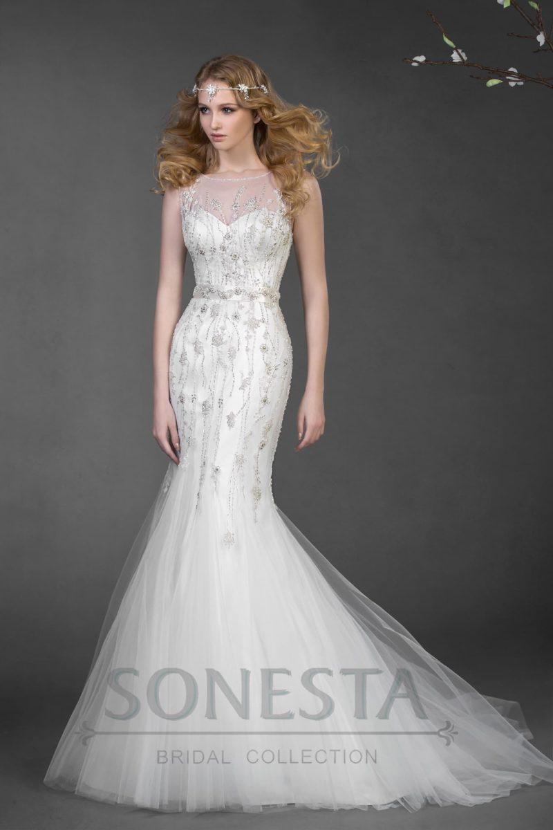Притягательное свадебное платье силуэта «рыбка» с серебристой вышивкой по верху.