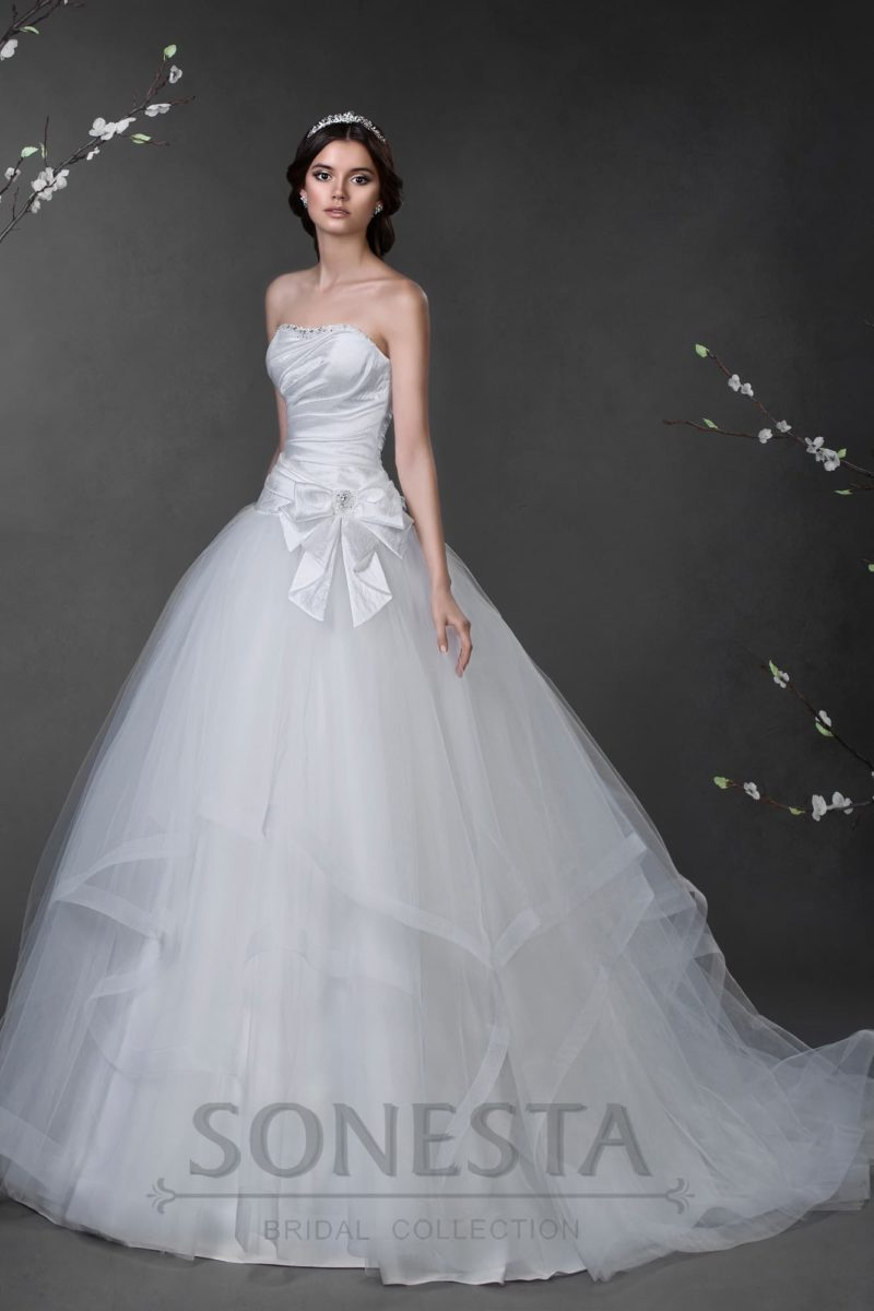 Необычное свадебное платье пышного силуэта с матовой юбкой и глянцевым атласным верхом.
