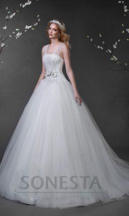 Пышное свадебное платье с прозрачными бретельками и объемной отделкой на талии.