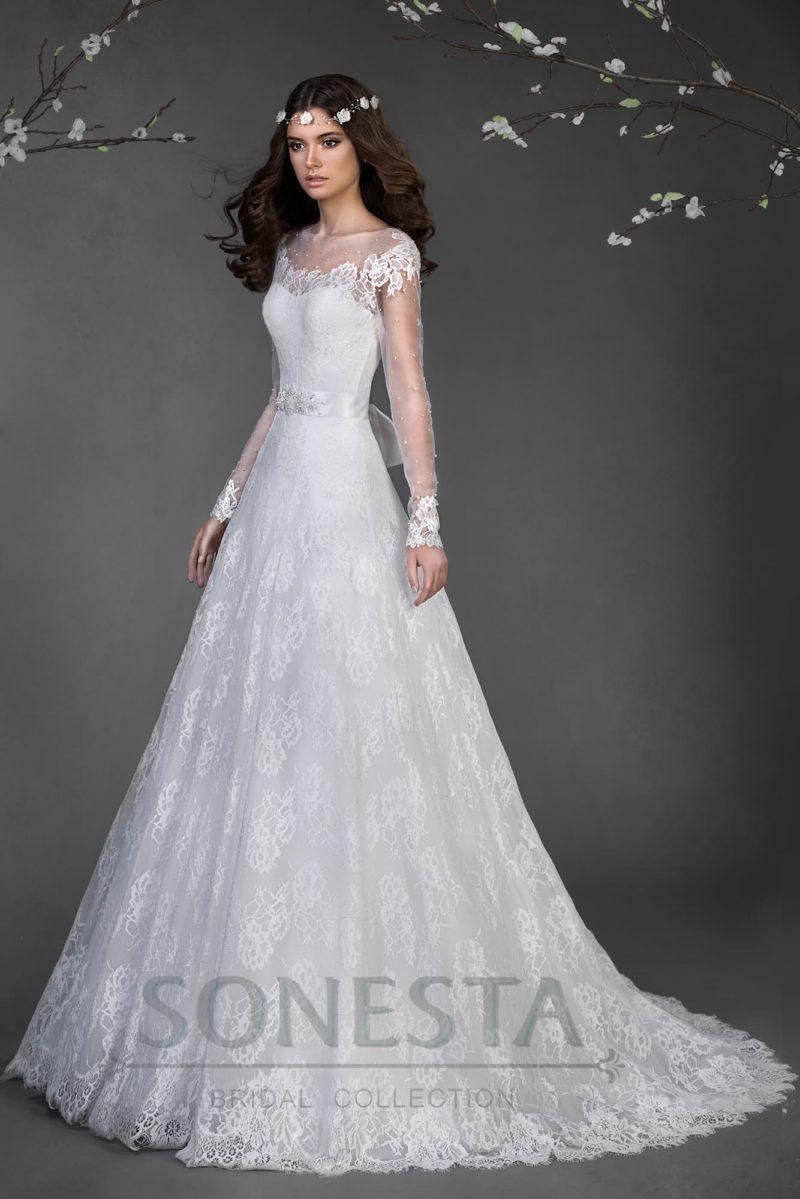 Свадебное платье с открытой спинкой, длинными ажурными рукавами и юбкой А-силуэта.