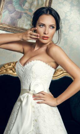 Открытое свадебное платье силуэта «принцесса» с лифом в форме сердечка и поясом с бантом.