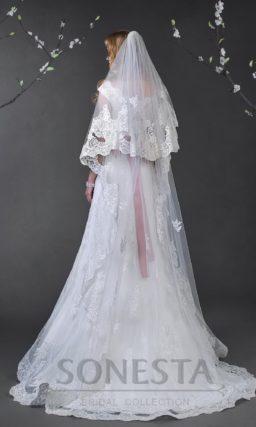 Прямое свадебное платье с элегантным шлейфом и кружевной отделкой лифа с бретелями.