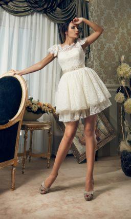 Короткое свадебное платье с объемными кружевными рукавами и атласным поясом.