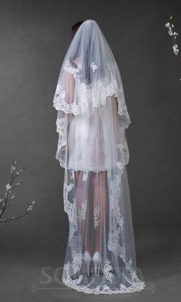 Кружевное свадебное платье длиной до колена, дополненное широким цветным поясом.
