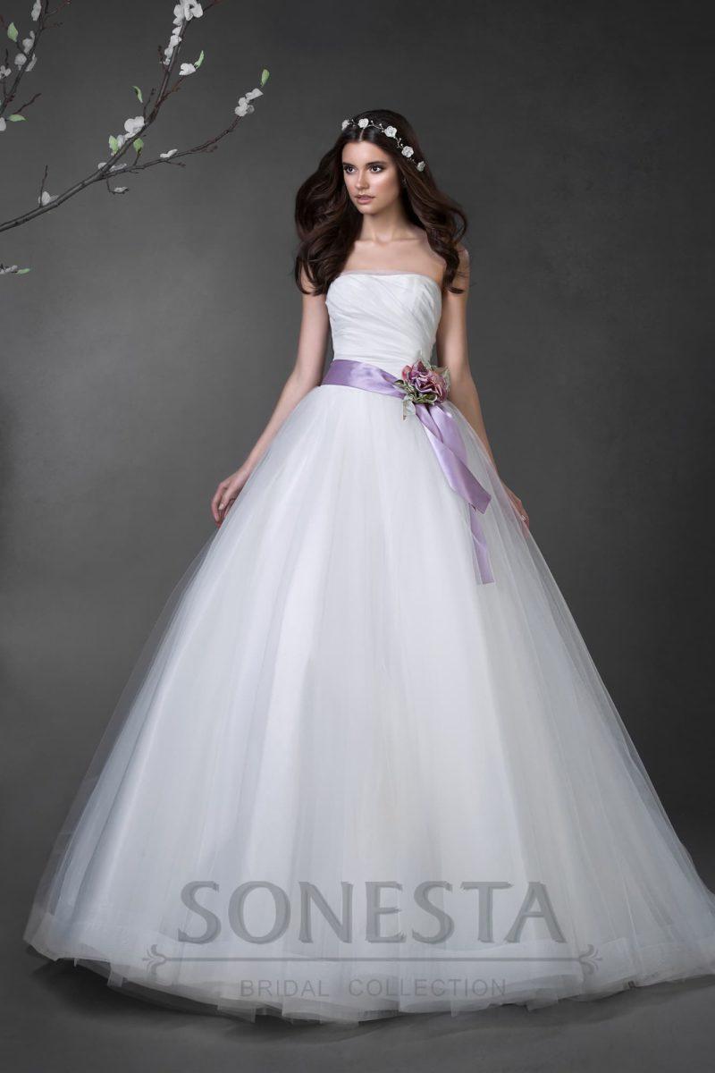 Открытое свадебное платье А-силуэта с роскошным атласным поясом лилового цвета.