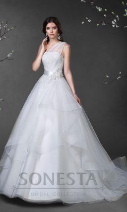 Открытое свадебное платье силуэта «принцесса» с полупрозрачной асимметричной бретелью.