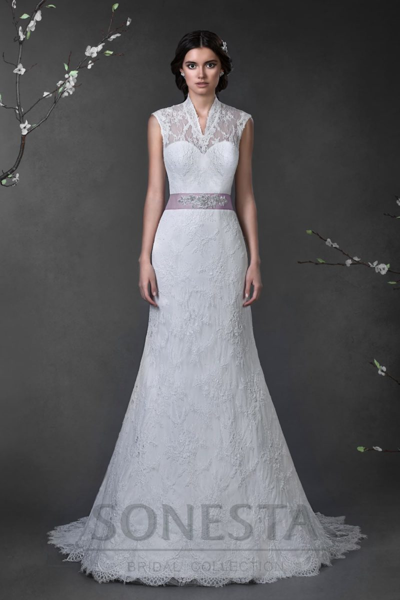 Прямое свадебное платье с ажурным верхом, воротником-стойкой и цветным атласным поясом.