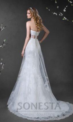 Прямое свадебное платье с кружевной верхней юбкой и цветным поясом из атласа.