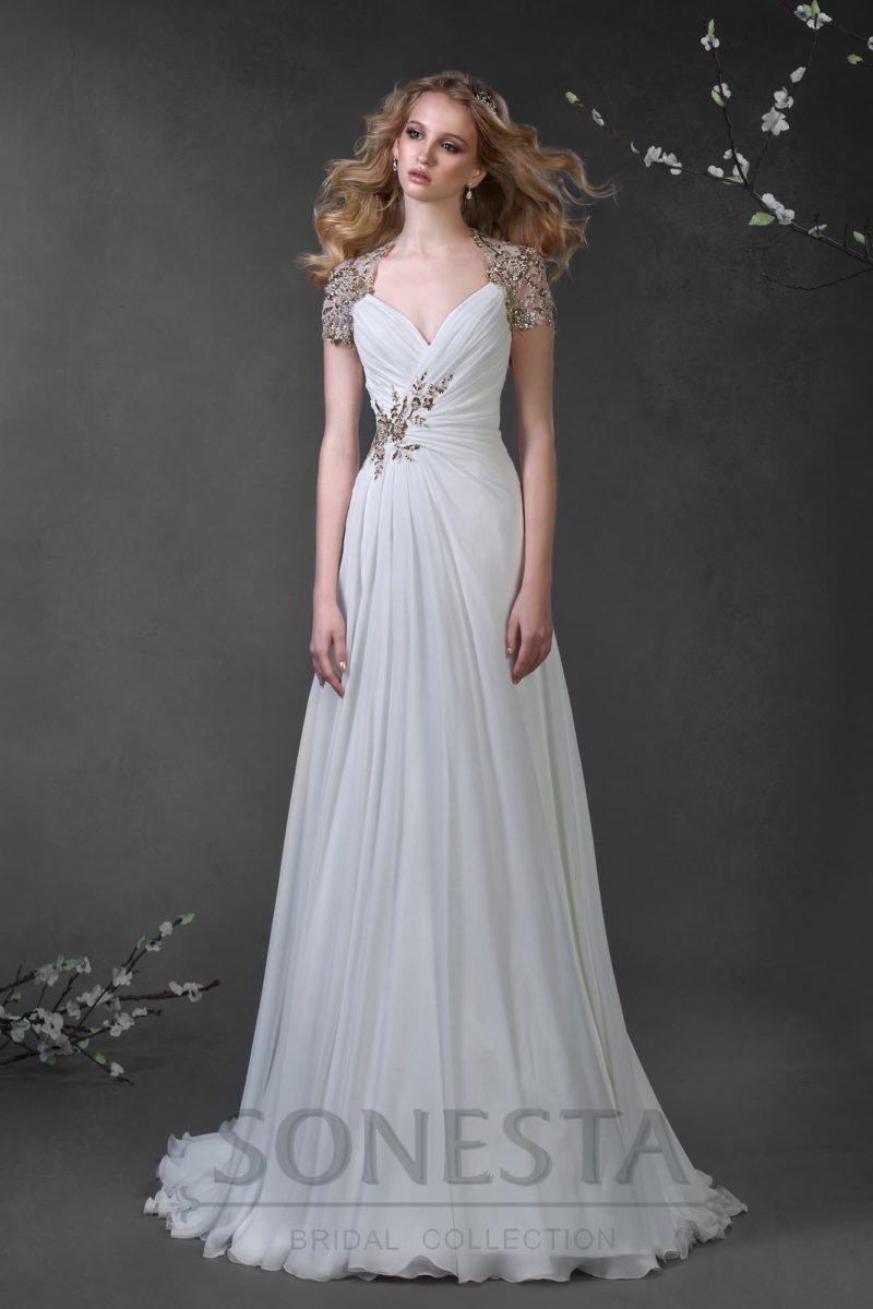 Прямое свадебное платье с роскошной вышивкой сверкающим бисером по рукавам и на талии.