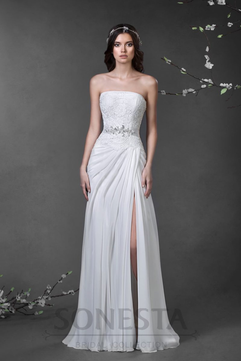 Свадебное платье с прямой юбкой, дополненной высоким разрезом сбоку и шлейфом сзади.