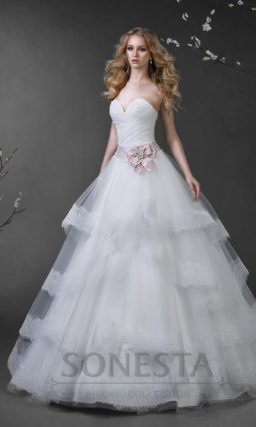 Свадебное платье с многоярусной пышной юбкой с кружевным декором и цветным поясом.
